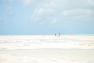 Zanzibar-odplyw-biala-plaza-zabawy-dzieci-fotografia-do-wystroju-wnetrz-Anna-Hnatyszak